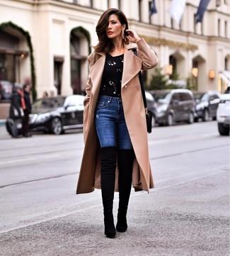 Wie kombinieren: beige Mantel, schwarzer verzierter Pullover mit einem Rundhalsausschnitt, blaue enge Jeans, schwarze Overknee Stiefel aus Wildleder