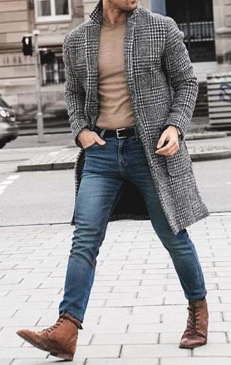 Wie kombinieren: grauer Mantel mit Hahnentritt-Muster, beige Pullover mit einem Rundhalsausschnitt, blaue enge Jeans, braune Lederfreizeitstiefel