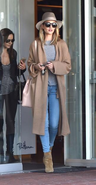 Wie kombinieren: beige Strick Mantel, grauer Pullover mit einem Rundhalsausschnitt, hellblaue enge Jeans, olivgrüne Wildleder Stiefeletten