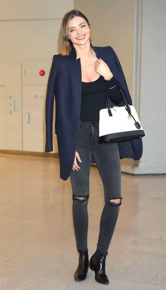Miranda Kerr trägt dunkelblauer Mantel, schwarzer Pullover mit einem Rundhalsausschnitt, dunkelgraue enge Jeans mit Destroyed-Effekten, schwarze Leder Stiefeletten