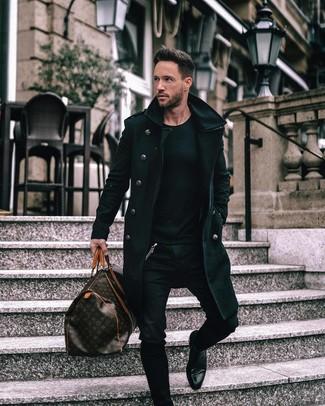 Wie kombinieren: schwarzer Mantel, schwarzer Pullover mit einem Rundhalsausschnitt, schwarze enge Jeans, schwarze Chelsea-Stiefel aus Leder