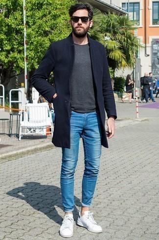 Dunkelblauen Mantel kombinieren: trends 2020: Entscheiden Sie sich für einen dunkelblauen Mantel und blauen enge Jeans für ein großartiges Wochenend-Outfit. Fühlen Sie sich mutig? Wählen Sie weißen Leder niedrige Sneakers.