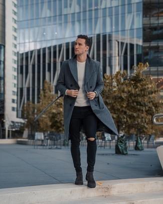 Weißen Pullover mit einem Rundhalsausschnitt kombinieren: trends 2020: Für ein bequemes Couch-Outfit, kombinieren Sie einen weißen Pullover mit einem Rundhalsausschnitt mit schwarzen engen Jeans mit Destroyed-Effekten. Dunkelgraue Chelsea-Stiefel aus Wildleder putzen umgehend selbst den bequemsten Look heraus.