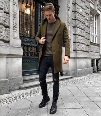 Braunen Pullover mit einem Rundhalsausschnitt kombinieren für kühl Wetter: trends 2020: Für ein bequemes Couch-Outfit, kombinieren Sie einen braunen Pullover mit einem Rundhalsausschnitt mit dunkelblauen engen Jeans mit Destroyed-Effekten. Setzen Sie bei den Schuhen auf die klassische Variante mit einer schwarzen Lederfreizeitstiefeln.