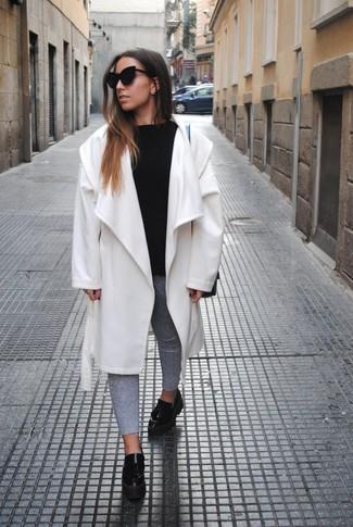 Wie kombinieren: weißer Mantel, schwarzer Pullover mit einem Rundhalsausschnitt, graue enge Jeans, schwarze Leder plateau Slippers