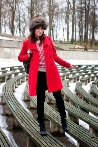 Wie kombinieren: roter Mantel, weißer und roter bedruckter Pullover mit einem Rundhalsausschnitt, schwarze enge Jeans, schwarze Leder Stiefeletten