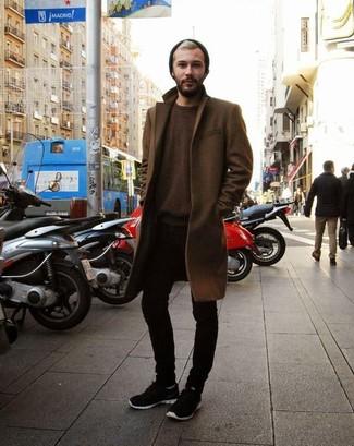 Wie kombinieren: brauner Mantel, dunkelbrauner Pullover mit einem Rundhalsausschnitt, schwarze enge Jeans, schwarze Sportschuhe