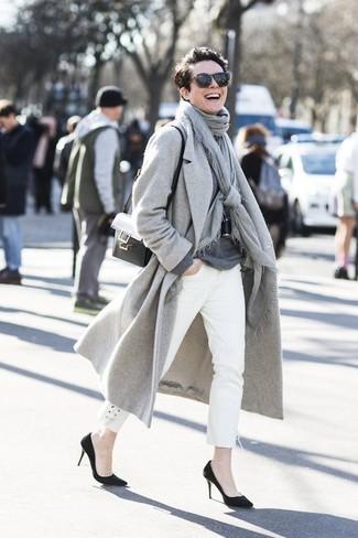 30 Jährige: Grauen Pullover mit einem Rundhalsausschnitt kombinieren – 153 Frühling Damen Outfits: Entscheiden Sie sich für einen grauen Pullover mit einem Rundhalsausschnitt und weißen Jeans, um einen lässigen aber stilvollen Look zu erhalten. Schwarze Wildleder Pumps sind eine großartige Wahl, um dieses Outfit zu vervollständigen. Schon mal so einen tollen Übergangs-Look gesehen?