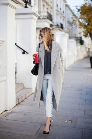 30 Jährige: Grauen Pullover mit einem Rundhalsausschnitt kombinieren – 153 Frühling Damen Outfits: Ein grauer Pullover mit einem Rundhalsausschnitt und weiße Jeans sind absolut Alltags-Essentials und können mit einer Vielzahl von Stücken gepaart werden. Schwarze Leder Pumps sind eine großartige Wahl, um dieses Outfit zu vervollständigen. Der Look wird zu Frühling pur.