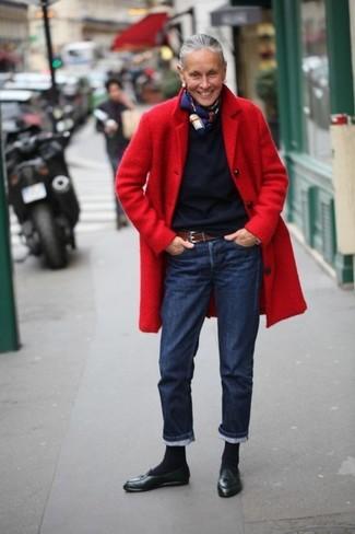 roter Mantel, dunkelblauer Pullover mit einem Rundhalsausschnitt, dunkelblaue Jeans, schwarze Leder Slipper mit Quasten für Damen