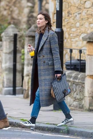 Wie kombinieren: grauer Mantel mit Schottenmuster, dunkelblauer Pullover mit einem Rundhalsausschnitt, blaue Jeans, silberne Leder Pumps