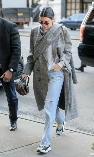 Wie kombinieren: grauer Mantel mit Schottenmuster, weißer Pullover mit einem Rundhalsausschnitt, hellblaue Jeans mit Destroyed-Effekten, graue Sportschuhe