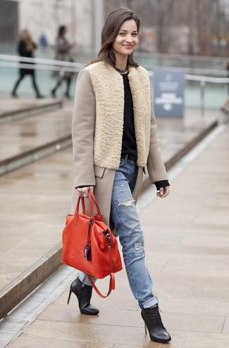 Rote Shopper Tasche aus Leder kombinieren: trends 2020: Um einen auffälligen, lockeren Look zu zaubern, kombinieren Sie einen hellbeige Mantel mit einer roten Shopper Tasche aus Leder. Komplettieren Sie Ihr Outfit mit schwarzen Leder Stiefeletten.