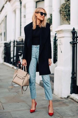 Wie kombinieren: schwarzer Mantel, schwarzer Pullover mit einem Rundhalsausschnitt, hellblaue Jeans, rote Wildleder Pumps