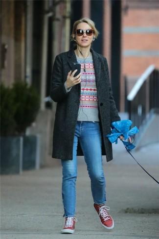 Wie kombinieren: dunkelgrauer Mantel, grauer Pullover mit einem Rundhalsausschnitt mit Fair Isle-Muster, blaue Jeans, rote hohe Sneakers aus Segeltuch