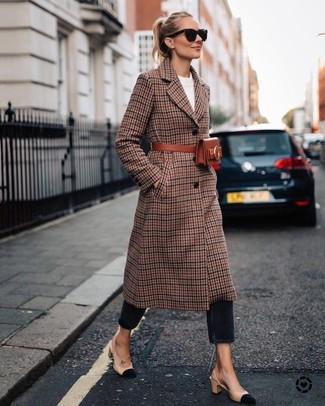Vereinigen Sie einen braunen mantel mit schottenmuster mit einer schwarzen sonnenbrille von Prada für ein sonntägliches Mittagessen mit Freunden. Hellbeige wildleder pumps sind eine ideale Wahl, um dieses Outfit zu vervollständigen.