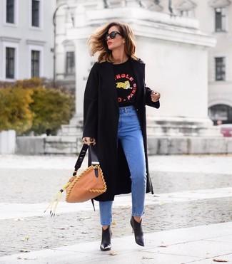 Wie kombinieren: schwarzer Mantel, schwarzer bedruckter Pullover mit einem Rundhalsausschnitt, blaue Jeans, schwarze Leder Stiefeletten