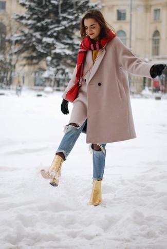 Wie kombinieren: hellbeige Mantel, senf Pullover mit einem Rundhalsausschnitt, hellblaue Jeans mit Destroyed-Effekten, goldene Leder Stiefeletten