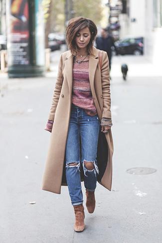 Wie kombinieren: hellbeige Mantel, rosa horizontal gestreifter Pullover mit einem Rundhalsausschnitt, blaue Jeans mit Destroyed-Effekten, braune Wildleder Stiefeletten