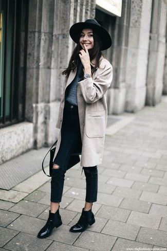 Wie kombinieren: grauer Mantel, dunkelblauer Pullover mit einem Rundhalsausschnitt, schwarze Jeans mit Destroyed-Effekten, schwarze Chelsea-Stiefel aus Leder
