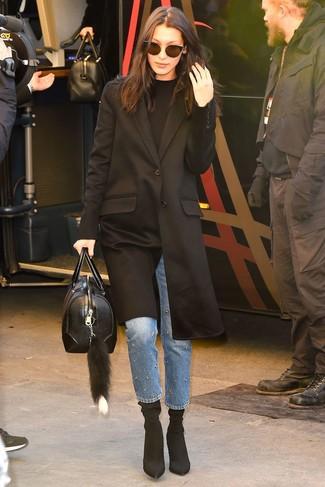 Wie kombinieren: schwarzer Mantel, schwarzer Pullover mit einem Rundhalsausschnitt, blaue verzierte Jeans, schwarze elastische Stiefeletten