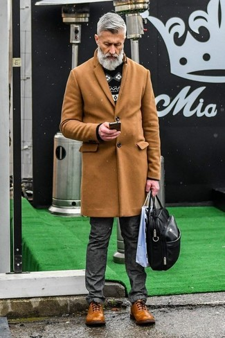 Wie kombinieren: camel Mantel, schwarzer und weißer Pullover mit einem Rundhalsausschnitt mit Fair Isle-Muster, dunkelgraue Jeans, braune Leder Brogues