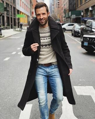 Wie kombinieren: schwarzer Mantel, grauer Pullover mit einem Rundhalsausschnitt mit Norwegermuster, hellblaue Jeans, beige Chelsea-Stiefel aus Wildleder