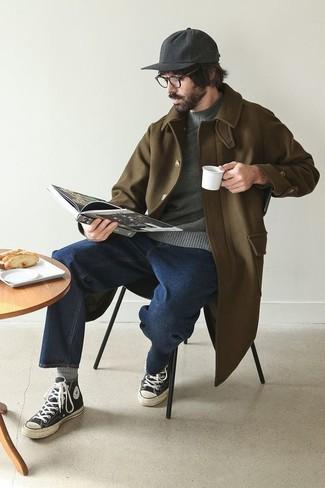 Herren Outfits & Modetrends: Kombinieren Sie einen olivgrünen Mantel mit dunkelblauen Jeans, um einen modischen Freizeitlook zu kreieren. Fühlen Sie sich ideenreich? Komplettieren Sie Ihr Outfit mit schwarzen und weißen hohen Sneakers aus Segeltuch.