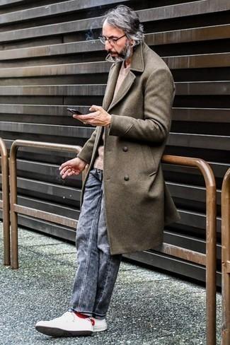 Braunen Mantel kombinieren: trends 2020: Tragen Sie einen braunen Mantel und grauen Jeans, um einen eleganten, aber nicht zu festlichen Look zu kreieren. Bringen Sie die Dinge durcheinander, indem Sie weißen und roten Leder niedrige Sneakers mit diesem Outfit tragen.