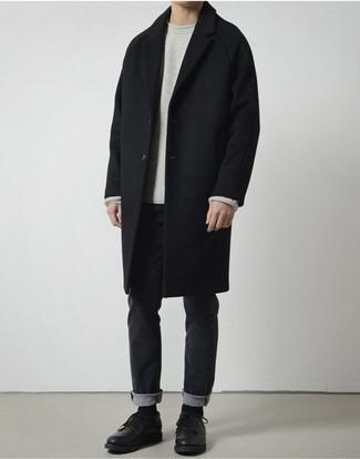 Grauen Pullover mit einem Rundhalsausschnitt kombinieren: trends 2020: Vereinigen Sie einen grauen Pullover mit einem Rundhalsausschnitt mit schwarzen Jeans für ein sonntägliches Mittagessen mit Freunden. Fühlen Sie sich mutig? Komplettieren Sie Ihr Outfit mit schwarzen Leder Derby Schuhen.