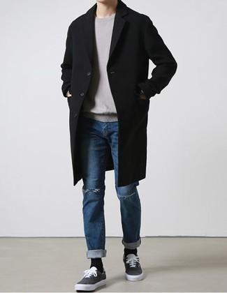 Grauen Pullover mit einem Rundhalsausschnitt kombinieren: trends 2020: Ein grauer Pullover mit einem Rundhalsausschnitt und blaue Jeans mit Destroyed-Effekten sind eine gute Outfit-Formel für Ihre Sammlung. Putzen Sie Ihr Outfit mit dunkelgrauen Segeltuch niedrigen Sneakers.