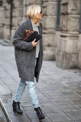 Wie kombinieren: dunkelgrauer Mantel, grauer Pullover mit einem Rundhalsausschnitt, hellblaue Jeans, schwarze Leder Stiefeletten