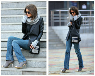 Grauen Pullover mit einem Rundhalsausschnitt kombinieren – 499 Damen Outfits: Ein grauer Pullover mit einem Rundhalsausschnitt und blaue Jeans erhalten einen lässigen Look, der aber immer modisch bleibt und Ihre Persönlichkeit unterstreicht. Graue Leder Stiefeletten fügen sich nahtlos in einer Vielzahl von Outfits ein.