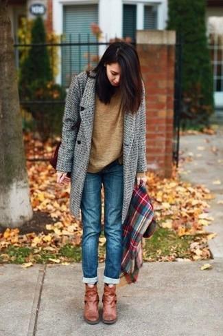 Wie kombinieren: grauer Mantel, brauner Pullover mit einem Rundhalsausschnitt, blaue Jeans, rotbraune Leder Stiefeletten