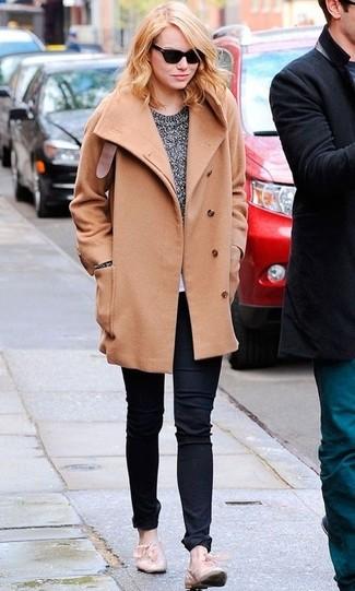 Wie kombinieren: beige Mantel, grauer Pullover mit einem Rundhalsausschnitt, schwarze Jeans, hellbeige Leder Slipper