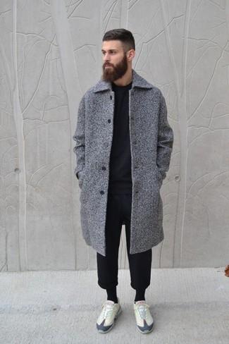 Wie kombinieren: grauer Mantel, schwarzer Pullover mit einem Rundhalsausschnitt, schwarze Jogginghose, hellbeige niedrige Sneakers
