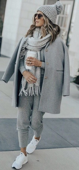 Wie kombinieren: grauer Mantel, grauer Pullover mit einem Rundhalsausschnitt, graue Jogginghose, weiße Sportschuhe