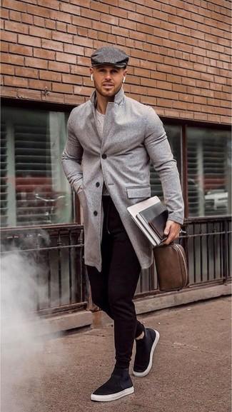 Wie kombinieren: grauer Mantel, grauer Pullover mit einem Rundhalsausschnitt, schwarze Jogginghose, schwarze hohe Sneakers aus Segeltuch