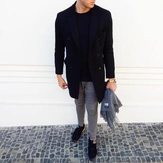 Wie kombinieren: schwarzer Mantel, schwarzer Pullover mit einem Rundhalsausschnitt, graue Jogginghose, schwarze niedrige Sneakers