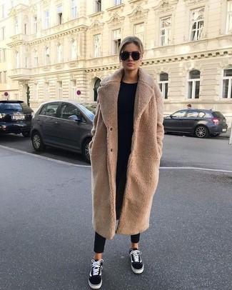 Schwarze Karottenhose kombinieren: trends 2020: Diese Paarung aus einem beige Fleece-Mantel und einer schwarzen Karottenhose sieht schick und modern aus. Fühlen Sie sich mutig? Vervollständigen Sie Ihr Outfit mit schwarzen und weißen Segeltuch niedrigen Sneakers.