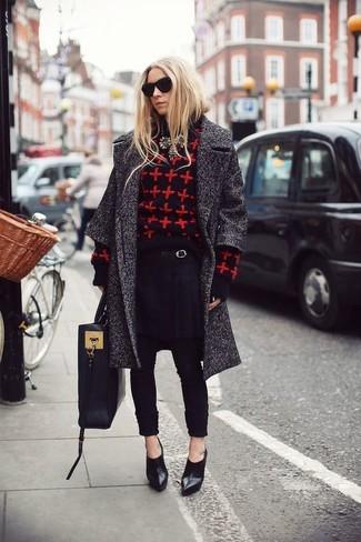 Wie kombinieren: dunkelgrauer Mantel, roter und schwarzer bedruckter Pullover mit einem Rundhalsausschnitt, schwarze Karottenhose, schwarze Leder Stiefeletten