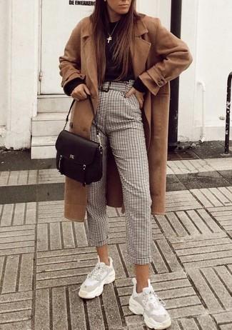 Wie kombinieren: beige Mantel, schwarzer Pullover mit einem Rundhalsausschnitt, hellbeige Karottenhose mit Karomuster, weiße Sportschuhe