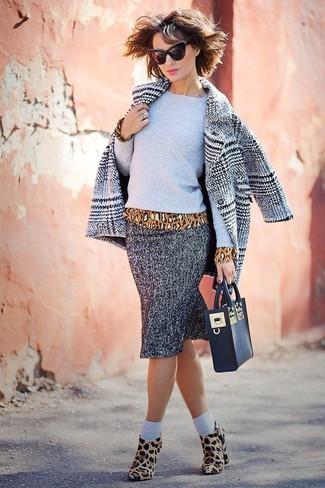 Wie kombinieren: grauer Mantel mit Schottenmuster, grauer Pullover mit einem Rundhalsausschnitt, beige Langarmbluse mit Leopardenmuster, grauer Bleistiftrock mit Fischgrätenmuster