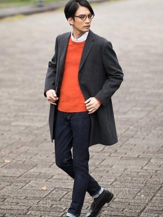 Wie kombinieren: dunkelgrauer Mantel mit Schottenmuster, orange Pullover mit einem Rundhalsausschnitt, weißes Langarmhemd, dunkelblaue Jeans