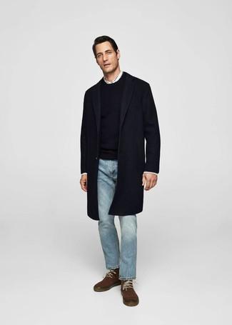 Wie kombinieren: dunkelblauer Mantel, schwarzer Pullover mit einem Rundhalsausschnitt, weißes Langarmhemd, hellblaue Jeans