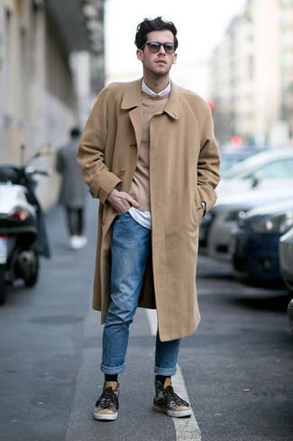 Wie kombinieren: camel Mantel, beige Pullover mit einem Rundhalsausschnitt, weißes Langarmhemd, blaue Jeans