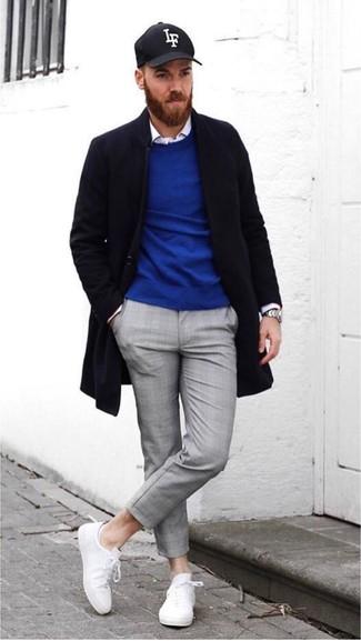 Wie kombinieren: schwarzer Mantel, blauer Pullover mit einem Rundhalsausschnitt, weißes Langarmhemd, graue Chinohose