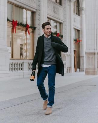 Wie kombinieren: schwarzer Mantel, grauer Pullover mit einem Rundhalsausschnitt, weißes Langarmhemd, blaue Jeans