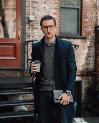 Wie kombinieren: schwarzer Mantel, dunkelgrauer Pullover mit einem Rundhalsausschnitt, hellblaues Chambray Langarmhemd, dunkelblaue Jeans
