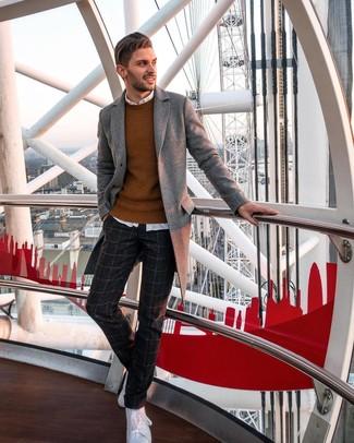 Wie kombinieren: grauer Mantel, rotbrauner Pullover mit einem Rundhalsausschnitt, weißes Langarmhemd, dunkelgraue Wollanzughose mit Karomuster